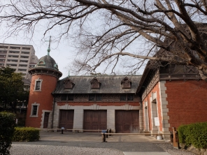 Bricks! Stables, a large Zelkova and kengan (bamboo barrier)