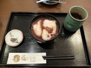 Mochi in sweet red bean (adzuki bean) soup, served with salted seaweed